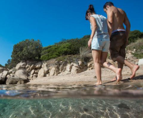 Lekker wandelen langs het strand van Sardinië.