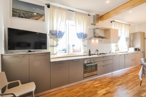 Moderne, luxe keuken met alle toebehoren.