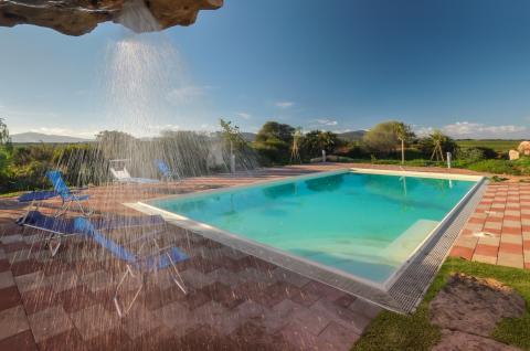 Prachtig zwembad met buitendouche.