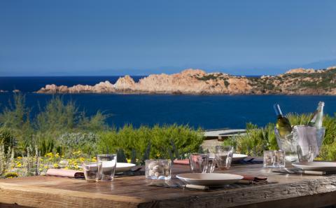 Lekker dineren met uitzicht op zee.