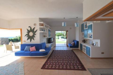 Ruime woonkamer van villa Portobello op Sardinië.