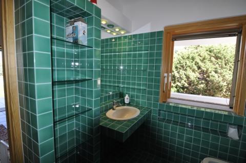 De nette badkamer van deze villa in Sardinië.