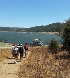 Excursie met de stoomboot op het meer, Sardinië