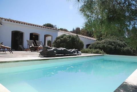 Lekker relaxen bij het zwembad van Casa Pineddu