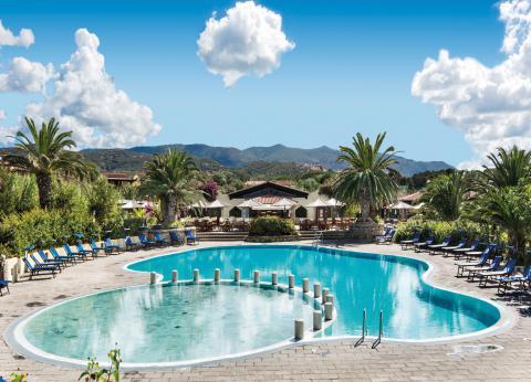 Zwembad voor kinderen op resort Sardinië