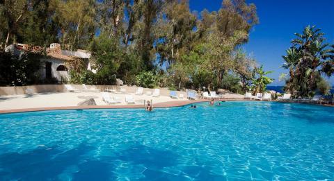 Zwembad van agriresidence Arbatax, in Sardinië.