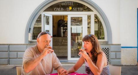 Een drankje nuttigen op het terras in Sardinië.