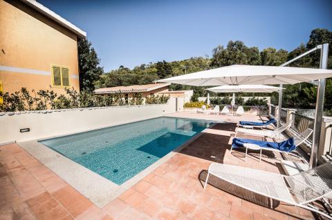 Mooi zwembad met fijne ligstoelen.