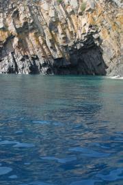 Het prachtige strand met grotten.