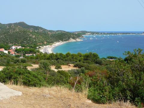Uitzicht op de prachtige baai van Sardinië.