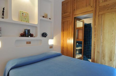 Nette slaapkamer van deze villa in Sardinië.