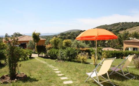 Alle vakantiehuizen zijn gelegen op de begane grond met een eigen tuin en veranda
