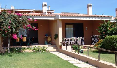 Buitenaanzicht vakantiehuisje in Sardinië.